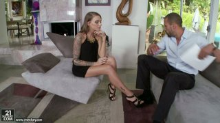 Pretty feet of sassy blonde beauty Juelz Ventura makes this guy horny